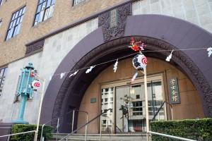 昭和3年建造の旧館玄関に取り付けた「軒花提灯」